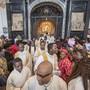Die Katholische Kirche verzeichnet dank Einwanderung Neueintritte. Im Bild in der Schweiz lebende Afrikanerinnen und Afrikaner auf einer Wallfahrt 2017 in Einsiedeln. Doch die Austritte lassen sich damit längst nicht kompensieren. (Archivbild)