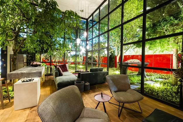 Den Garten als Gemälde, das vor allem von drinnen wirken muss, zeigt Rolf von Burg. Die solargesteuerte Dachterrasse versorgt Garten und den Tesla vor der Tür zudem mit Strom.