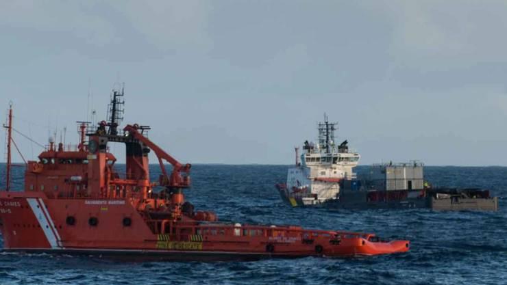 """Schiffe aus Frankreich und Spanien sammeln Öl im Meer vor der Küste Westfrankreichs auf. Vor einer Woche war dort der italienische Frachter """"Grande America"""" gesunken."""