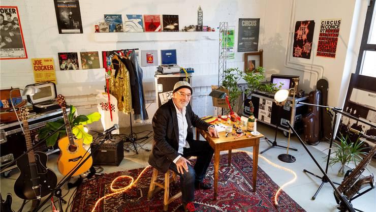 Umgeben von Memorabilien, die von einem reichhaltigen Musikerleben erzählen: Roli Frei (66). Anaïs Stein/zVG