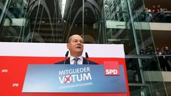 Der kommissarische Parteichef Olaf Scholz verkündet das Ergebnis des SPD-Mitgliederentscheids im Berliner Willy-Brandt-Haus.