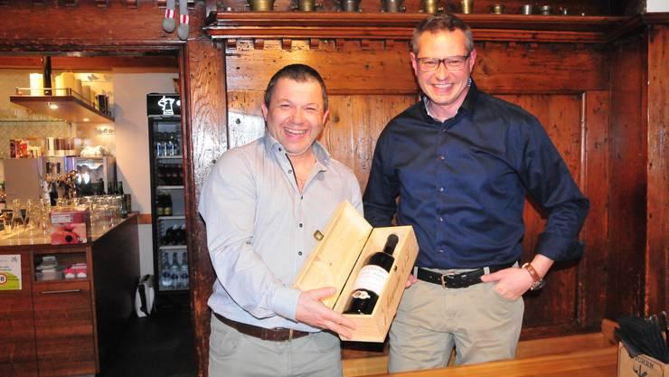 Als Zeichen der Wertschätzung bekam «Grillmeister» Rony Moser (links) aus der Hand von Präsident Patrick Grob einen guten Tropfen überreicht.