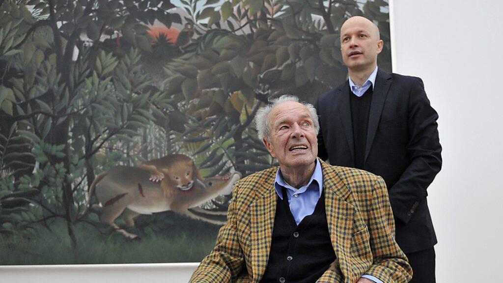 Museumsgründer Ernst Beyeler kurz vor seinem Tod mit Museumsdirektor Sam Keller vor dem Sammllungswerk  «Le lion, ayant faim, se jette sur l'antilope» von Henri Rousseau.