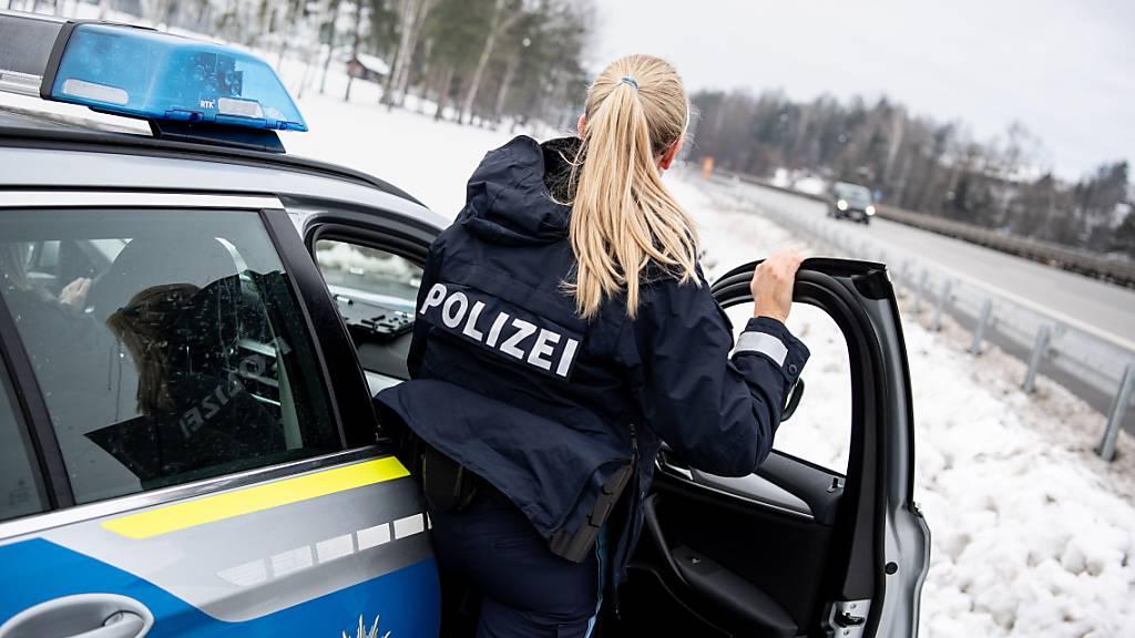 ARCHIV - Eine Polizistin der Bayerischen Grenzpolizei beobachtet den Verkehr auf der Autobahn 3 in Richtung der österreichischen Grenze. Foto: Matthias Balk/dpa