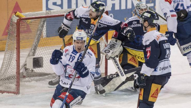 Reto Schäppi (Nummer 19) schiesst den ZSC in der Overtime in die Halbfinals