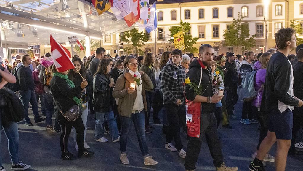 Gegnerinnen und Gegner der Corona-Massnahmen bei ihrem Umzug am Bahnhof Bern.