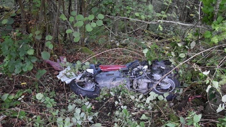 Der Fahrer und sein Motorrad wurden bei der Kollision in eine abfallende Böschung geschleudert.