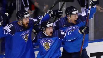 Die Finnen bejubeln den 5:4-Sieg nach Verlängerung gegen Schweden und den Halbfinal-Einzug. Rechts freut sich Harri Pesonen (Nr. 82) von den SCL Tigers