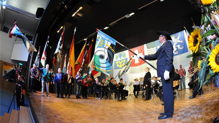 32 Fahnen- und Standartendelegationen standen Pate, als die SG Wiliberg-Hintermoos am Samstagabend, ihre neue Vereinsfahne und den neuen Fähnrich Othmar Burri (rechts) präsentierte.