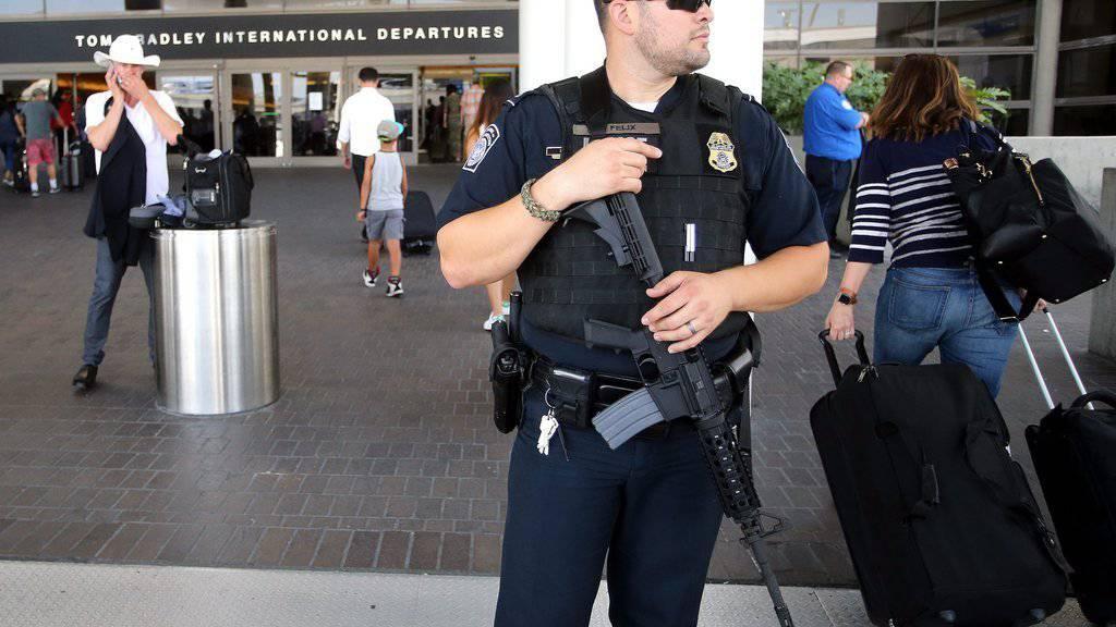 Der Flughafen in L.A wurde zeitweise geschlossen, weil unter anderem verängstigte Passagiere aufs Flugfeld gelaufen sind. Sie sind vor angeblichen Schüssen weggelaufen.
