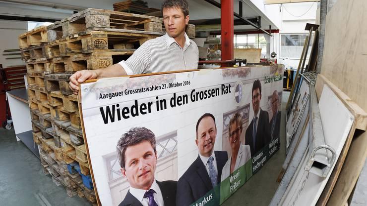 Küttigen: Daniel Wehrli (SVP) in seiner Schreinerei, wo die SVP-Wahlplakate gelagert sind.