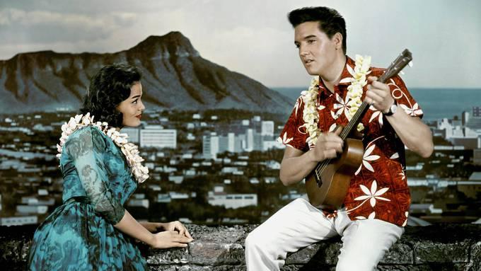 Schmachtblick und Panorama: Joan Blackman lässt sich in «Blue Hawaii» (1961) vom King hofieren.
