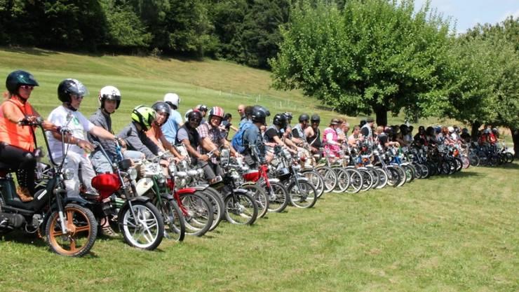 Anzutreffen sind an der Töffli-Tour erfahrungsgemäss sowohl Jugendliche als auch Erwachsene. Das Durchschnittsalter dürfte laut Organisatoren bei 40 Jahren liegen.