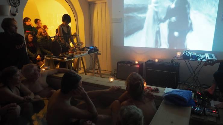 Das etwas andere Kino-Erlebnis im Thermalbecken im Badgasthof zum Raben.