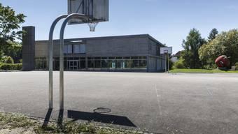 Die Gemeindeversammlung stimmt einer Schulhaussanierung zu.