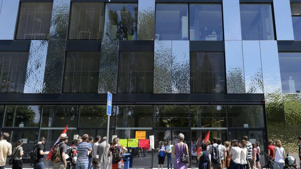 Eine Studentin der Universität Lausanne ist drei Wochen nach einem Unfall mit einem Sonnenschirm gestorben. Der Unfall ereignete sich beim Gebäude Géopolis. (Archiv)