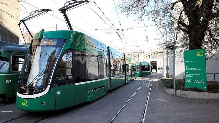 Jungfernfahrt des neuen Flexity-Trams.