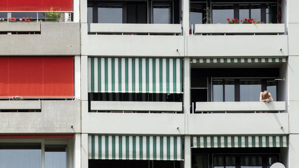 Rollläden runter - sonst guckt der Nachbar wieder: 60 Prozent der befragten Schweizer schützen sich gegen neugierige Blicke mit Vorhängen und Rollläden. (Symbolbild)