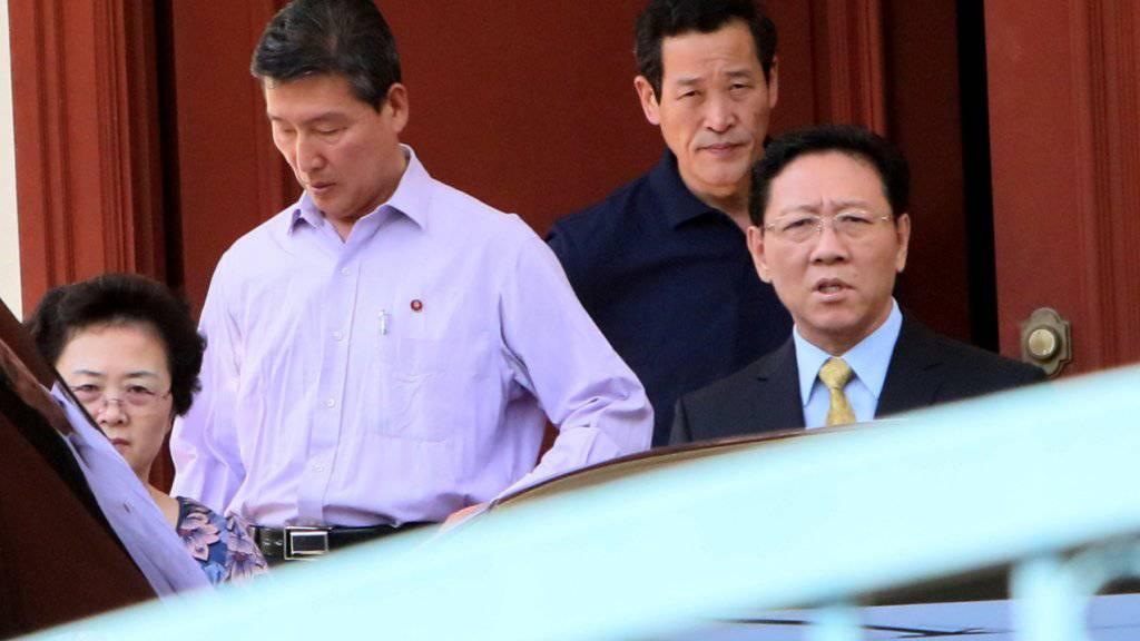 Nordkoreas Botschafter in Malaysia, Kang Chol (rechts), wurde im Zuge der Affäre um den mutmasslichen Giftmord am Halbbruder von Kim Jong Un ausgewiesen. Nordkorea hat nun offensichtlich zum Gegenschlag ausgeholt und alle Malaysier in Nordkorea blockiert. (Archivbild)