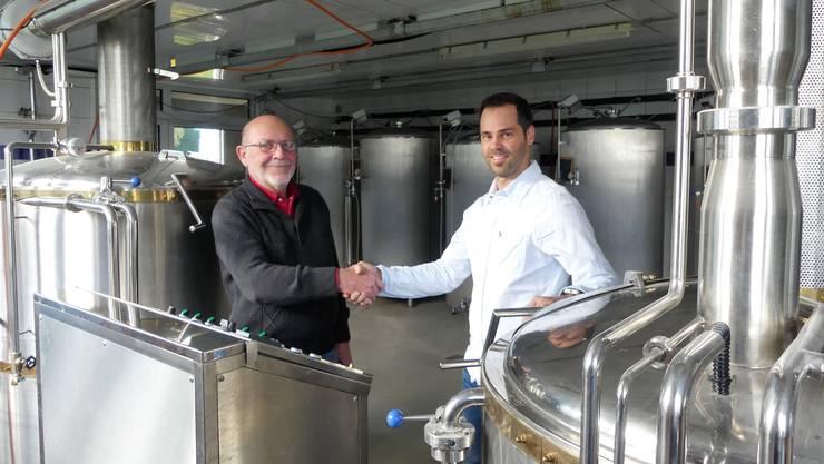 Es ist besiegelt: Robert Wettstein (links) verkauft die Brauanlage an Stefan Stutz in Oberlunkhofen .