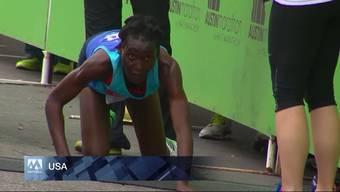 Sie lag in Führung und brach wegen Krämpfen50 Meter vor dem Ziel in Bostenzusammen: Eine kenianische Marathonläuferin gab aber nicht auf und kroch auf allen vieren ins Ziel. Sie wurde schiesslich Dritte.