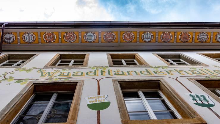 Die Dachuntersicht bei der Waadtländerhalle zeigt Motive gewerblicher Tätigkeiten