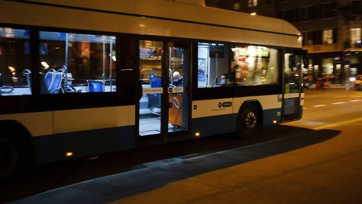 Zwei Mitarbeitende der Zürcher Verkehrsbetriebe wurden verletzt. (Symbolbild)