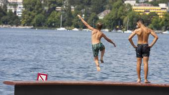 Am Freitag wird es noch einmal hochsommerlich warm. Da hilft oft nur ein Sprung ins Wasser, wie hier in den Genfersee.