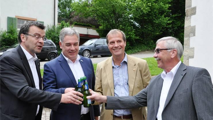 Grenzüberschreitendes Anstossen: Franco Mazzi, Wolfgang Fischer, Klaus Eberhardt und Romuald Stalder (v.l.). zvg