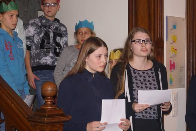 Anna (14) und Beth (17) haben eine Weihnachtsgechichte in deutscher und englischer Sprache vorgetragen.