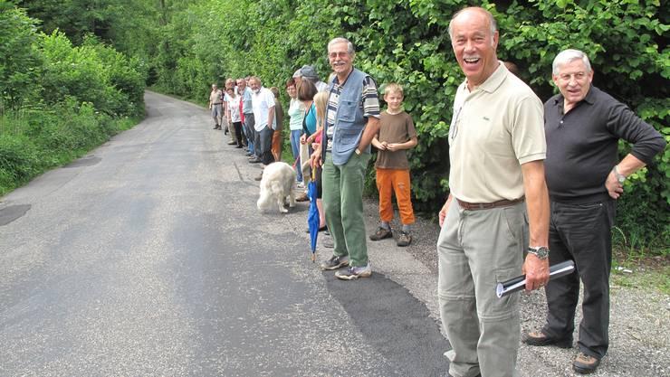 Unter der Leitung von Bürgergemeindepräsident Edgar Meier (zweiter von rechts) begaben sich die ehemaligen und aktiven Frondienstlerinnen und Frondienstler auf die Grenzwanderung.