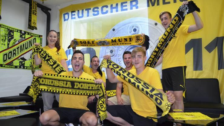 Sie hoffen auf einen starken Saisonauftakt ihres Klubs: Ein Teil des BVB -Fanclubs mit Präsident Kevin Bürgin (unten links).