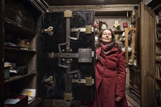 Im Innern liquidiert Michèle Glasstetter den Antiquitäten-Nachlass ihres Vaters. Dieser Tresor mit imposantem Verschlusswerk ist für 25'000 Franken zu haben.