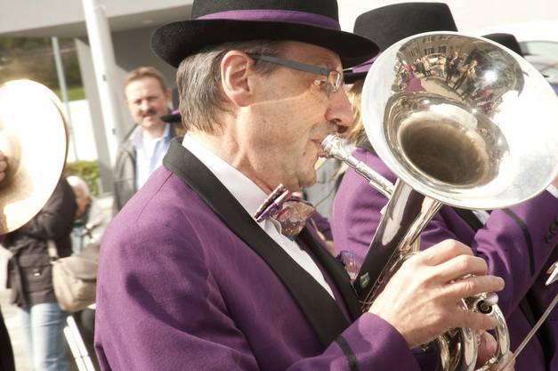 Die Brass Band Lommiswil vor dem Jurywagen
