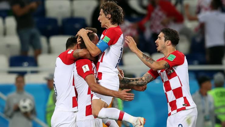 Luka Modric (Mitte) springt überschwänglich auf seine Mitspieler. Die Freude nach der Führung ist bei den Kroaten gross.