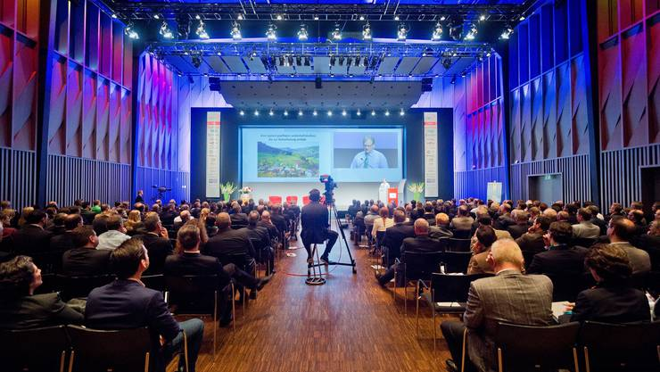 Die rund 330 Forumsteilnehmer bekommen in der Trafohalle ein dichtes Programm an Referaten serviert.