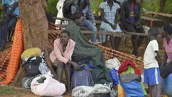 Diese Südsudanesen haben auf dem Grundstück einer Kirche Zuflucht vor den Kämpfen gesucht. Viele Hilfsorganisationen bringen internationale Mitarbeiter nun aber ausser Landes.