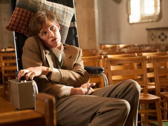 Der Kinofilm basiert auf den Memoiren von Hawkings erster Ehefrau Jane. Er handelt hauptsächlich von seiner unheilbaren Krankheit, und wie sich diese auf ihre Ehe auswirkte. Darsteller Eddie Redmayne (Bild) gewann für die Rolle 2014 den Oscar.