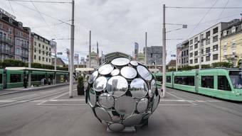 Die Spiegelkugel auf dem Centralbahnplatz vor dem Bahnhof Basel SBB.