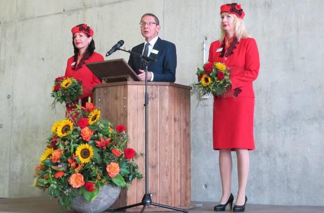 Landammann Urs Hofmann mit den Rheinfelder Stadthostessen Judith Lehmann (links) und Silvia Ackle