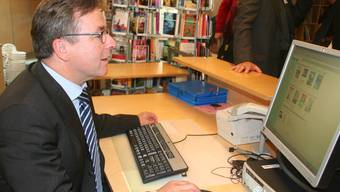 Lernt: Regierungspräsident Urs Wüthrich versucht, sich in Oberwil online zu informieren.