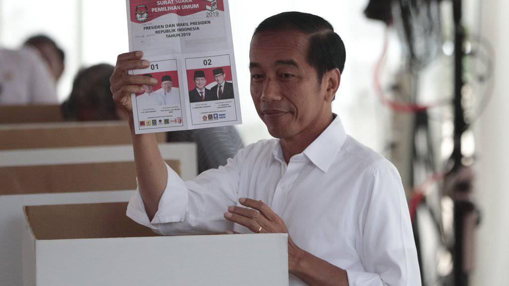 Indonesiens Präsident Joko Widodo am Mittwoch bei der Stimmabgabe in Jakarta - es zeichnet sich ein klarer Sieg des Amtsinhabers ab.