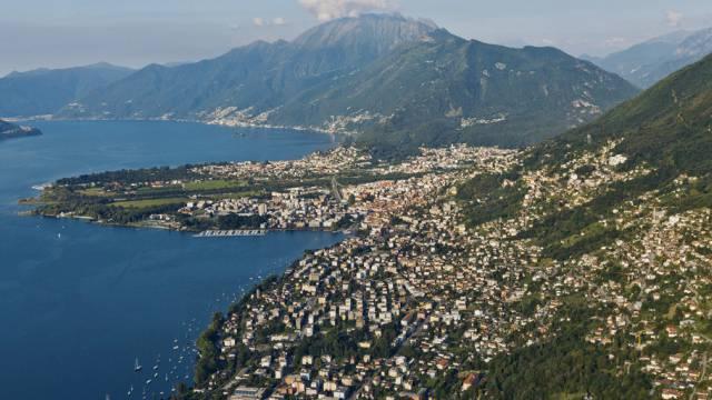 Blick von oben aufs Tessin am Lago Maggiore