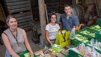 Natascha Curti, Seraina Saner und Noah Fernandez packen in Lostorf die Taschen ab.
