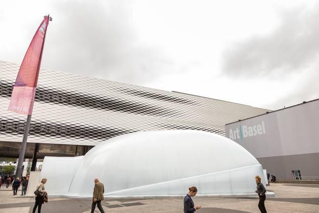 Sichtbares Zeichen sind die weissen Kuppeln des Pavillons, den ihr Mitarbeiter Andrei Dinu, ein rumänischer Designer und Bühnenbildner, konstruiert hat.