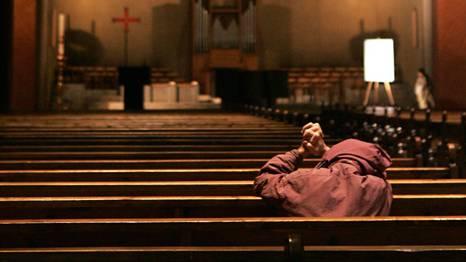 Einsamer Beter in der Kirche: So ruhig ist es für Priester nicht immer.
