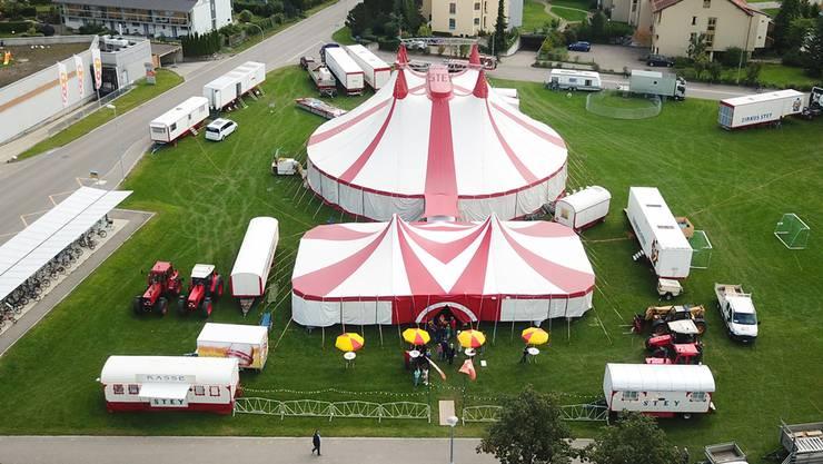 Das Chapiteau des Zirkus Stey – hier in Neftenbach ZH 2017 – ragt rund 13 Meter in die Höhe und bietet Platz für 600 Zuschauer.