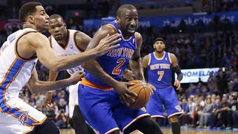 Sefolosha (links) vereitelt einen Wurf von Felton (New York Knicks)