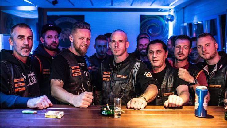 Zule (3. von links.) und Reto (5. von links) treffen sich regelmässig mit den anderen Mitgliedern des Motorradklubs in ihrem Klublokal in Dietikon.