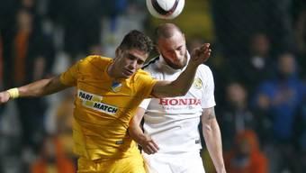 YBs Jan Lecjaks (rechts) kämpft gegen Pieros Sotiriou, den Torschützen zum 1:0, um den Ball